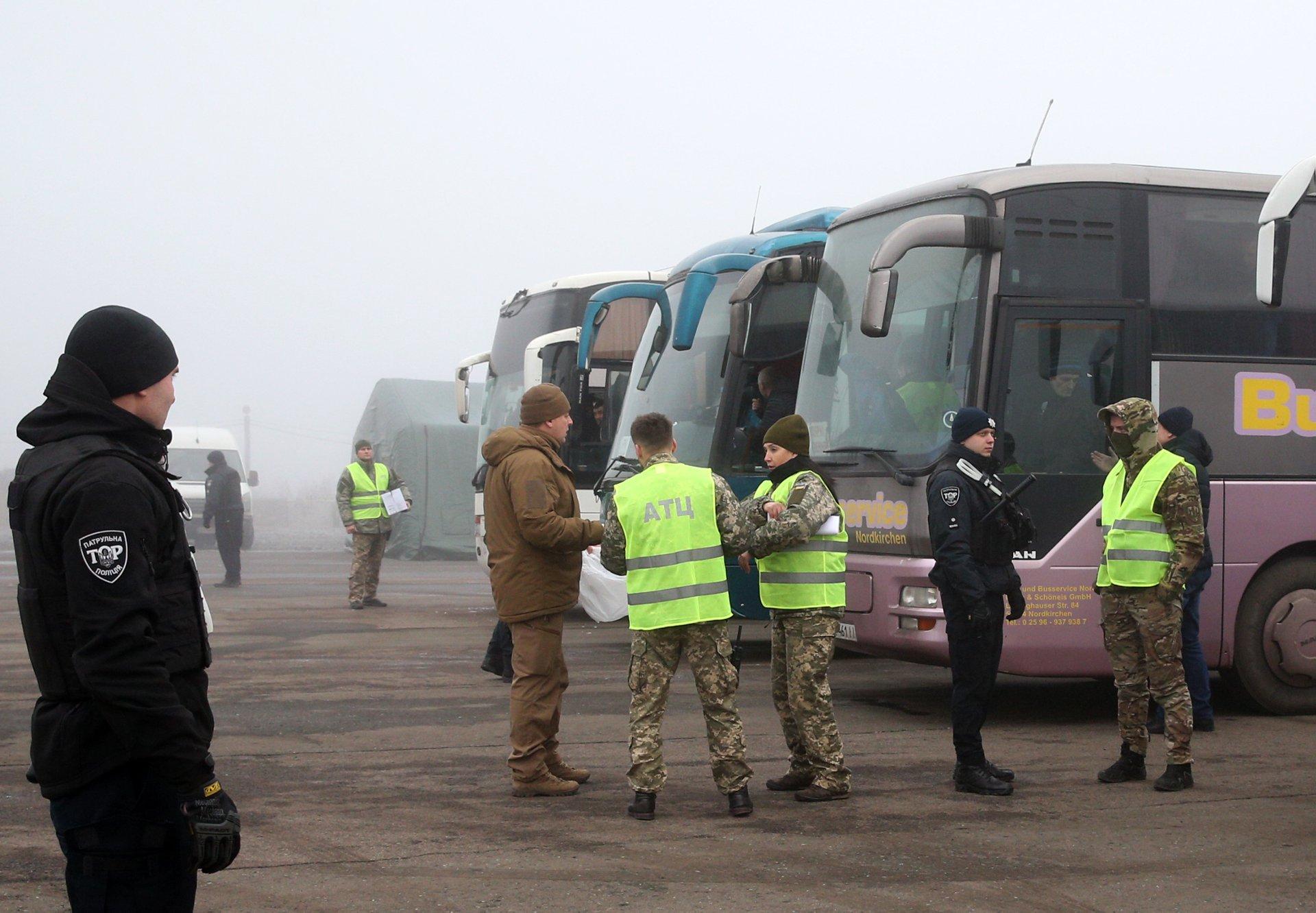 """Пять экс-сотрудников """"Беркута"""" ожидают обмена на КПП в Донбассе"""