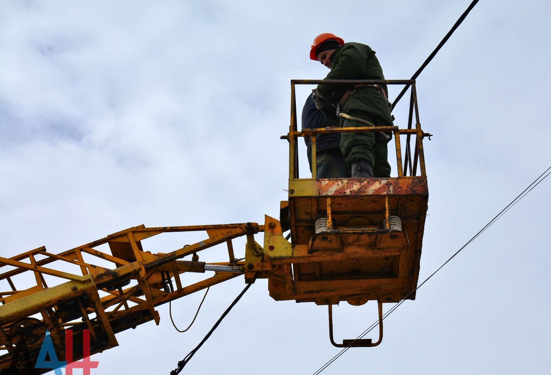 Линия электропередачи в горловском поселке повреждена огнем ВСУ, без света 210 абонентов и школа